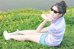 Het natuurlijke milieu van portretvrouwen Stock Fotografie
