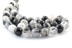 Het natuurlijke minerale haar van het steenkwarts met de zwarte halfedelsteen van tourmalinekristallen Stock Fotografie