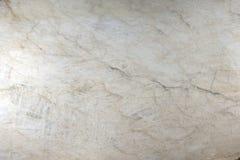 Het natuursteen poetste wit kwartsiet met barsten en stroken op royalty-vrije stock fotografie