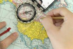 Het navigeren met kompas en kaart Stock Foto