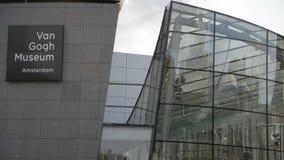 Het Nederland Oktober 2017 van Amsterdam: De bezoekers lopen door van het van Gogh-Museum stock videobeelden