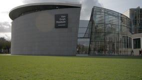 Het Nederland Oktober 2017 van Amsterdam: De bezoekers lopen door van het van Gogh-Museum stock video