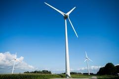 Het Nederlandse landschap van de windturbine stock afbeelding