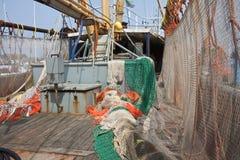 Het Nederlandse schip van de Visserij met het drogen van netten bij het dek stock foto