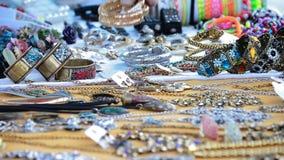 Het nemen van armband van koopwaar blootgestelde juwelen in de ambacht van de venterbox stock video