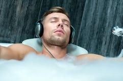Sexy mens die in het bad liggen stock foto afbeelding 50412018 for Foto in het bad
