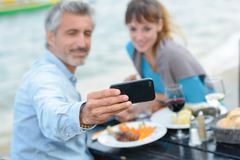 Het nemen van beeld tijdens maaltijd royalty-vrije stock fotografie