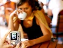 Het nemen van beelden bij de koffietafel Royalty-vrije Stock Fotografie