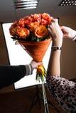 Het nemen van beelden van bloemen in de studio Stock Fotografie