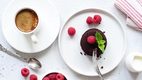 Het nemen van beet van chocoladecake stock footage
