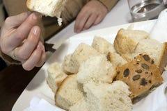 Het nemen van brood Stock Afbeelding