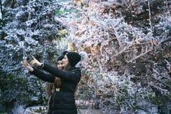 Het nemen van de winter selfie Stock Foto's