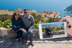 Het nemen van een beeld met Smartphone in Kooi d'Azur stock afbeeldingen
