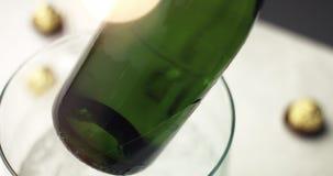 Het nemen van een fles mousserende wijn van ijs stock videobeelden