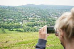 Het nemen van een foto van een landschap Royalty-vrije Stock Afbeeldingen