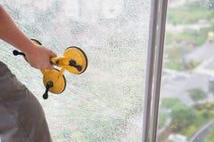 het nemen van een gebroken venster royalty-vrije stock fotografie