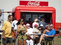 Het nemen van een onderbreking bij de Staaf van de Coca-cola Royalty-vrije Stock Afbeeldingen