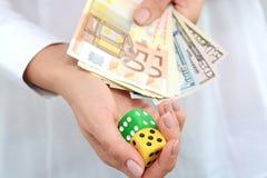 Het nemen van een risico en het winnen van concept met een paar van dobbelen en geld Stock Afbeeldingen