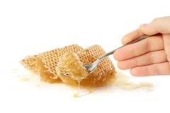 Het nemen van een stuk van honing stock afbeeldingen