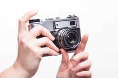 Het nemen van foto's die klassieke 35mm camera met behulp van Stock Afbeeldingen