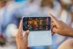 Het nemen van foto's met mobiele telefoon royalty-vrije stock afbeeldingen
