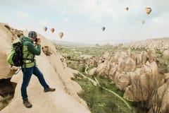 Het nemen van foto's van rotsachtig berglandschap in Cappadocia royalty-vrije stock afbeelding