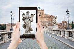 Het nemen van foto van standbeeld op St Angel Bridge, Rome Stock Afbeeldingen