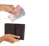 Het nemen van geld van portefeuille stock afbeeldingen
