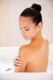 Het nemen van goede zorg van haar huid Stock Foto