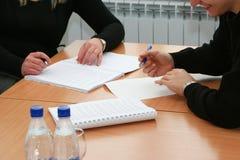 Het nemen van nota's over de vergadering bij bestuurskamer Stock Foto