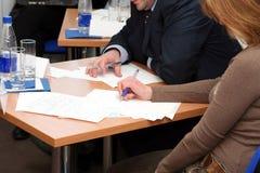 Het nemen van nota's over het seminarie Stock Afbeeldingen