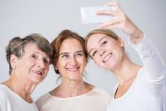 Het nemen van perfecte familie selfie stock afbeelding