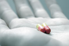 Het nemen van pillen stock afbeeldingen