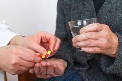 Het nemen van pillen Royalty-vrije Stock Fotografie