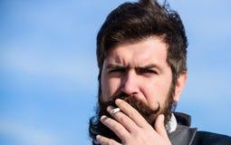 Het nemen van het roken pauze Gebaarde mensen rokende sigaret Rook Brutale Kaukasische hipster met snor Toekomstig succes stock afbeelding