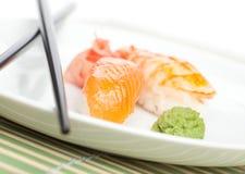 Het nemen van sushi van de plaat Stock Afbeeldingen