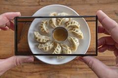 Het nemen van Voedselfoto van Nepalese Traditionele Schotel Momo Authentieke Keuken in Nepal stock fotografie