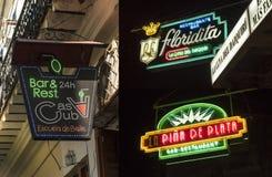 Het neon ondertekent beroemde bars Havana Stock Afbeeldingen