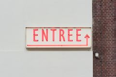 Het neon rode brieven van het voorgerechtwoord op een witte muur stock afbeeldingen