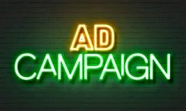 Het neonteken van de advertentiecampagne op bakstenen muurachtergrond Stock Foto