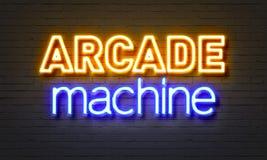 Het neonteken van de arcademachine op bakstenen muurachtergrond Stock Afbeeldingen