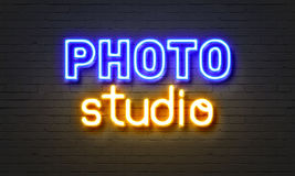 Het neonteken van de fotostudio op bakstenen muurachtergrond Stock Foto's