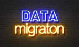 Het neonteken van de gegevensmigratie op bakstenen muurachtergrond Stock Afbeelding