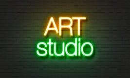 Het neonteken van de kunststudio op bakstenen muurachtergrond Royalty-vrije Stock Afbeelding