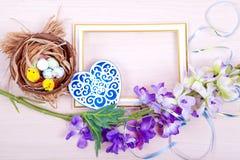 Het nest en de eieren van de vogel op een houten achtergrond Royalty-vrije Stock Afbeelding