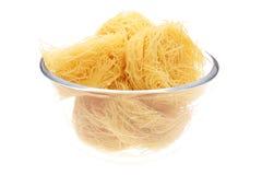 Het nest van de macaroni in vaas stock fotografie
