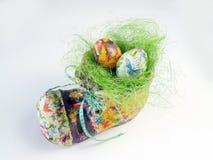 Het nest van Pasen in de schoen royalty-vrije stock afbeeldingen