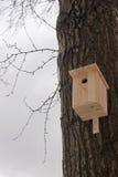 Het nestelen doos op een boom stock afbeeldingen