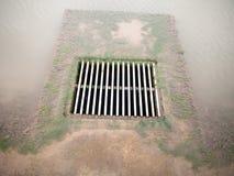 Het net van het metaalwater met water die het op duidelijke grond tegenkomen royalty-vrije stock afbeelding
