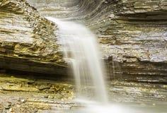 Het netto langzame kalme water van de bergwaterval en witte melkachtige kleurenbetekenis van vrede van mening stock foto's